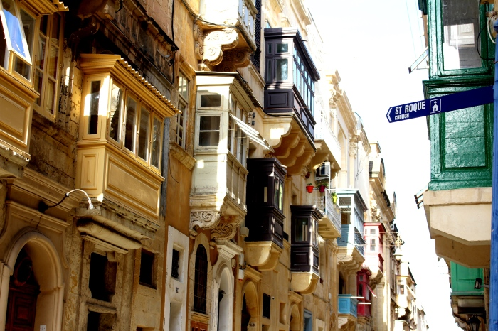 Valletta_streets_and_balconies